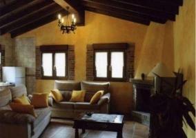 Grande sala de estar con chimenea