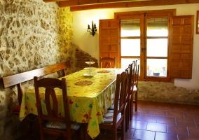 Sala de estar con sillones grandes y mesa al fondo