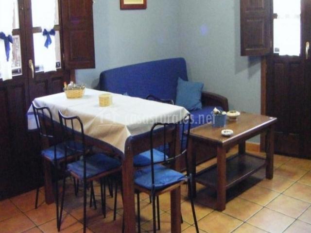Zona de sofá y mesa