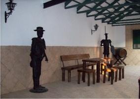 Patio con estatuas y mesa