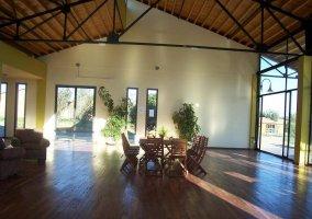 Salón amplio con suelo de madera