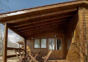 Terraza con sillas y mesa de madera