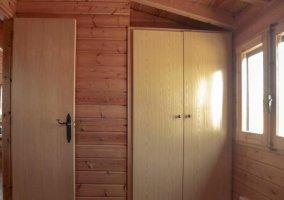 Mueble de madera frente a las camas