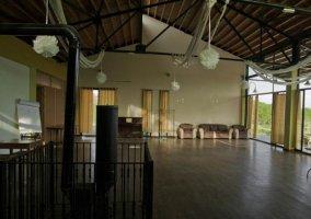 Salón común con chimenea en el centro