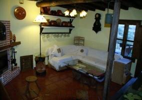 Salón equipado y amueblado con un estilo rupestre