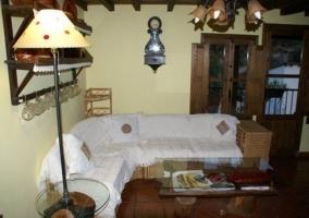 Salón con sofá, iluminado