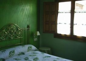 Dormitorio azulado con mesilla de noche