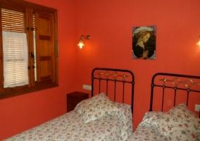 Dormitorio con paredes verde y cama de matrimonio