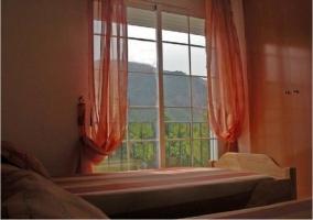 Dormitorio doble con salida a la terraza de la casa rural