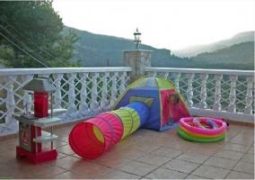 Terraza con juegos infantiles