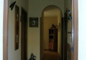 Puerta de entrada y pasillo