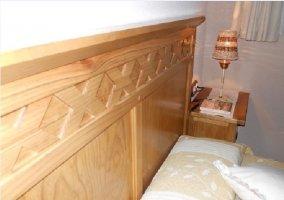 Cabecero de madera de una de las habitaciones