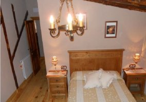 Habitación abuhardillada con suelo de madera