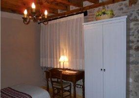 Habitación con escritorio y armario