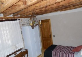 Habitación doble con armario y vigas de madera