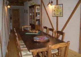 Mesa de comedor con juegos y librero
