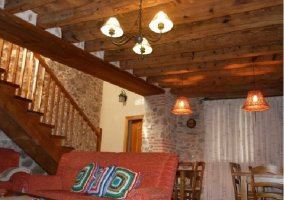 Salón en piedra y escaleras