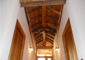 Vigas de madera en el techo del pasillo