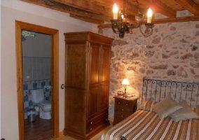 Vista de la habitación y del baño