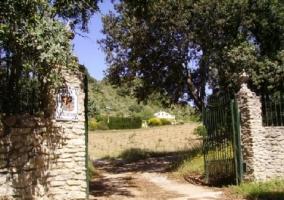 Acceso a la finca de la casa rural andaluza