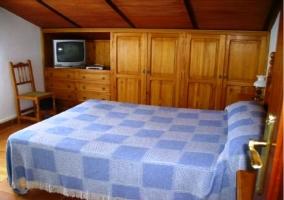 Dormitorio con cama grande