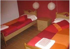 Habitación colorida con 2 camas en casa rural