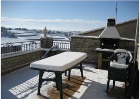 Terraza con barbacoa nevada