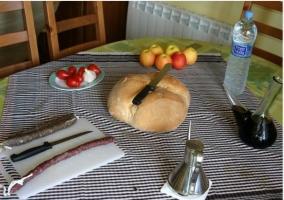 Mesa con productos de la zona de casa rural