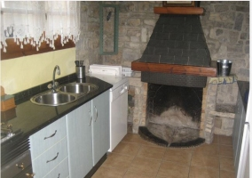 Cocina con chimenea en casa rural