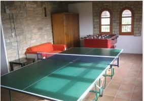 Mesa de pong-pong y futbolín en casa rural