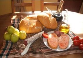 Mesa del salón de la casa rural con productos típicos de la zona