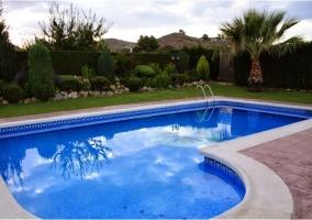 Porche y piscina vallada