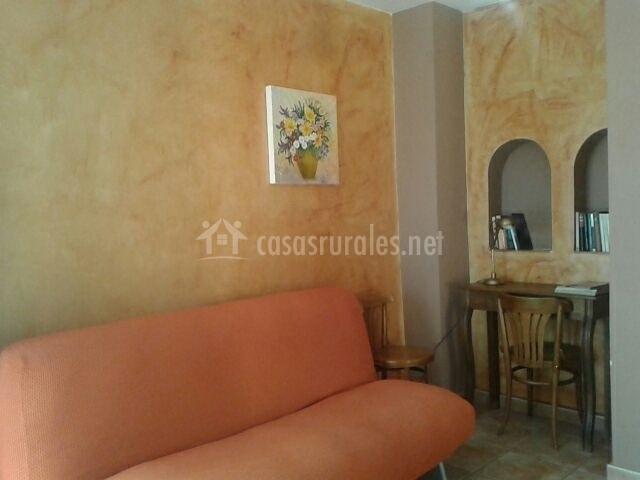 Sala De Estar Naranja ~ de estar con televisor sillón naranja en sala de estar