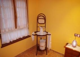 Dormitorio doble con paredes amarillas y sus detalles