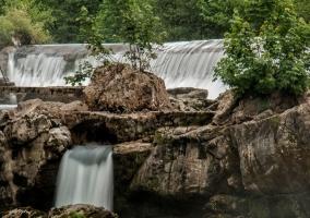 Zonas naturales del entorno con cascadas