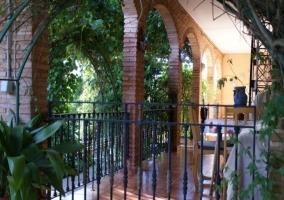 Terraza con arcos de ladrillo