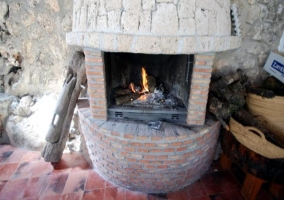 Salón con chimenea hospedería