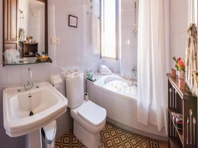 Aseo con bañera, lavabo y espejo