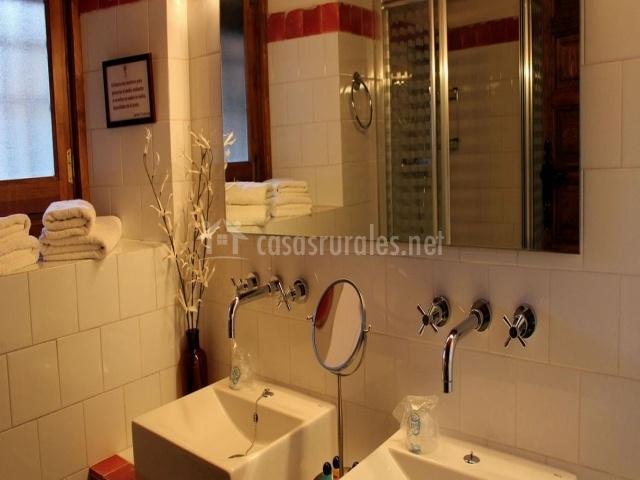 Aseo con doble lavabo y espejo grande