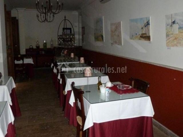 Comedor del alojamiento con mesas cuadradas