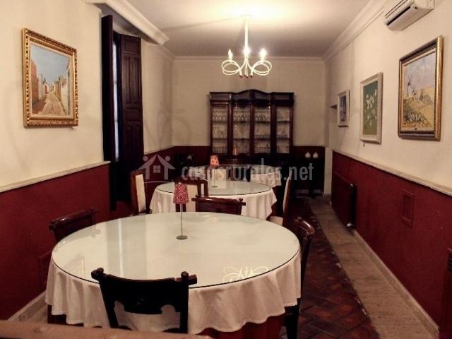 Comedor del hotel con mesas redondas
