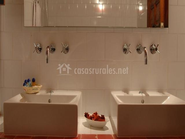 Doble lavabo y espejo del aseo