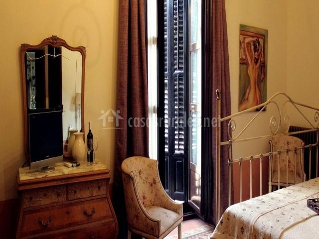 Dormitorio con mueble con espejo y televisor