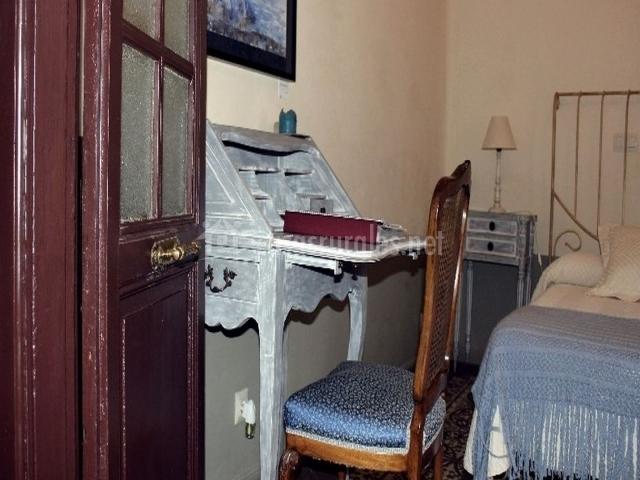 Escritorio con silla y cama del dormitorio