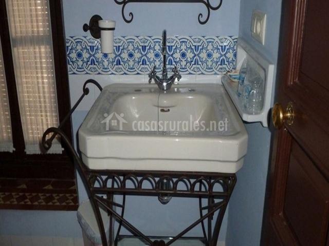 Lavabo del aseo con paredes azules