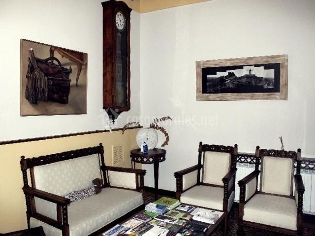 Sala con sillas, reloj de pared y folletos