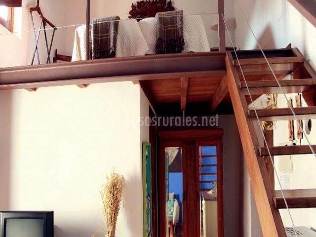 Salon y escaleras al dormitorio