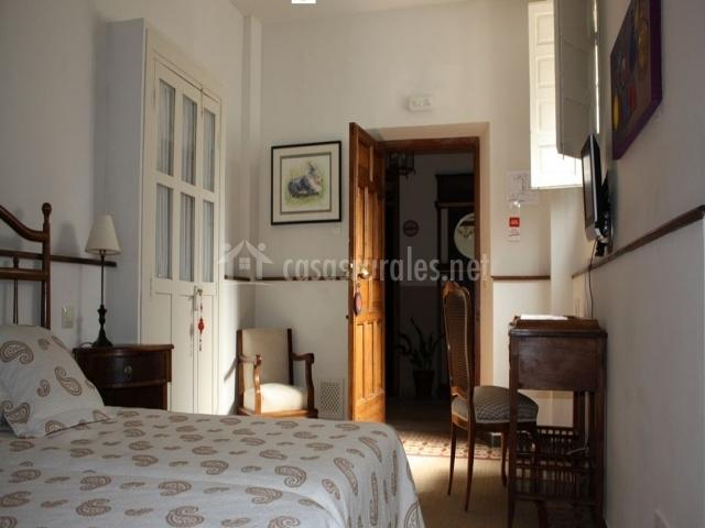 Dormitorio el Hogar con dos camas y armario blanco