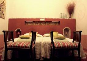 Dormitorio con cama doble y paredes blancas