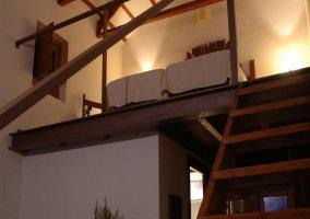 Escaleras y dormitorio desde abajo